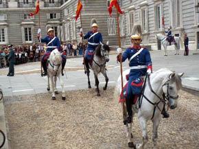 La Oficina de Turismo organiza visitas para disfrutar el Relevo Solemne, que cada mes reúne a 400 efectivos y 100 caballos en el Palacio Real