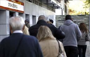 En la imagen, varias personas acceden esta mañana a una de las oficinas de empleo de Madrid. EFE