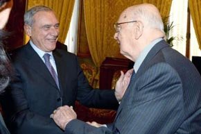 Giorgio Napolitano (d) jura su cargo como presidente de Italia