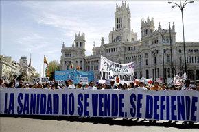 """Miles de personas, participan esta mañana, en una nueva """"marea blanca"""" en las calles de la capital. EFE"""