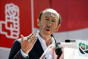 El secretario general del PSOE, Alfredo Pérez Rubalcaba, interviene durante el Día de la Rosa del PSOE de Extremadura, que ha tenido lugar en la localidad de La Albuera. EFE