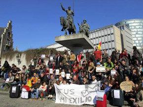 Cientos de jóvenes españoles protestan en Bruselas por la falta de oportunidades laborales en España.
