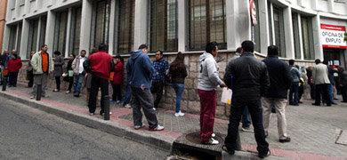Cola de parados ante una oficina de empleo en Madrid. JUAN MANUEL PRATS
