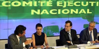 El presidente del Gobierno, Mariano Rajoy (2-d), escucha al vicesecretario del PP Carlos Floriano, junto a la secretaria general del partido, Maria Dolores de Cospedal, y el vicesecretario Javier Arenas, al inicio de la reunión del Comité Ejecutivo Nacional. EFE