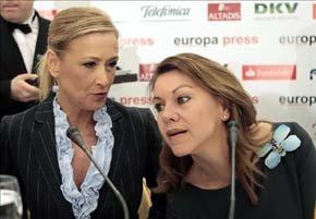 Cristina Cifuentes con quien la ha presentado, María Dolores de Cospedal. Foto EFE