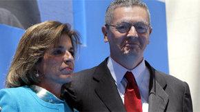 La alcaldesa de Madrid, Ana Botella, posa con el ministro de Justicia y su antecesor en el cargo, Ruiz-Gallardón. (EFE)