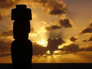 Fabuloso atardecer en rapa Nui. El Ahu Tahai en primer plano