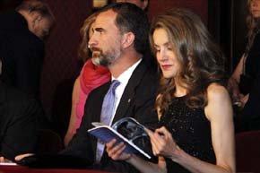 Los Príncipes de Asturias y Girona fueron recibidos con abucheos a su llegada al Gran Teatro del Liceo. EFE