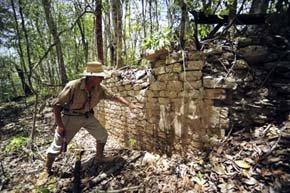Un arqueólogo del INAH muestra los restos de un edificio perteneciente a la ciudad maya de Chactún.