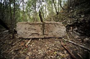 Inscripción sobre unos restos hallados en la ciudad de Chactún.