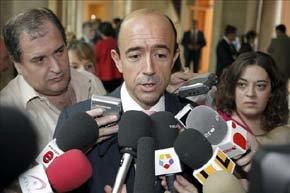 El exconsejero de Sanidad de la Comunidad de Madrid Manuel Lamela atiende a los periodistas. EFE/Archivo