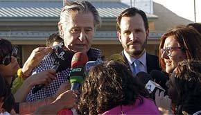 El expresidente de Caja Madrid Miguel Blesa atiende a los medios de comunicación a su salida de la prisión de Soto del Real (Efe).