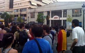 Detenido un hombre por resistirse a identificarse en una concentración frente al PPCV para pedir la dimisión de Rajoy