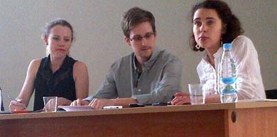 Edward Snowden, en su reunión con activistas en el aeropuerto de Moscú (Efe).