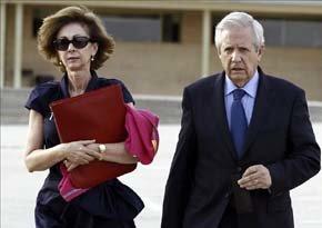 Javier Gómez de Liaño junto a su mujer, María Dolores Márquez de Prado, tras su reunión en Soto del Real con Luis Bárcenas. Foto EFE