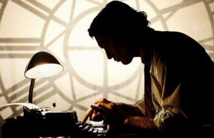 Quien escribe está expuesto a los aplausos, al respeto, a la admiración o a una patada