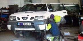 Los técnicos reparan el coche del edil de Mijas