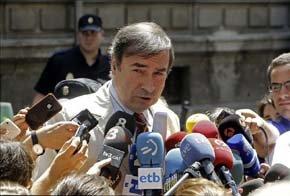 El director del diario El Mundo, Pedro J. Ramírez, habla con los periodistas a su salida de la Audiencia Nacional, donde ha declarado como testigo ante el juez Pablo Ruz. EFE