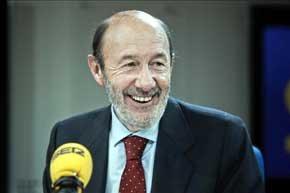 El secretario general del PSOE, Alfredo Pérez Rubalcaba, durante su intervención en el programa Hoy por Hoy de la Cadena Ser. EFE