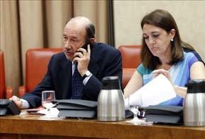 El secretario general del PSOE, Alfredo Pérez Rubalcaba, y la portavoz del PSOE, Soraya Rodríguez, en el Congreso. EFE/Archivo