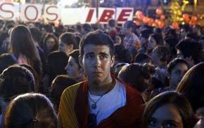 Varias jóvenes en la madrileña Puerta de Alcalá, al conocerse la eliminación de Madrid como sede de los Juegos Olímpicos en 2020. EFE