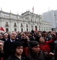 Cientos de personas se concentran alrededor de la estatua de Allende en el Palacio de la Moneda, en Santiago de Chile.