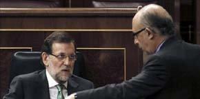 El presidente del Gobierno, Mariano Rajoy, conversa en el Congreso con el ministro de Hacienda, Cristóbal Montoro / EFE -Archivo