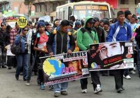 Un grupo de manifestantes participa en una protesta para frenar la violencia machista en Bolivia./Martin Alipaz (EFE)