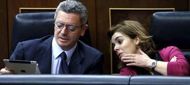 Alberto Ruiz Gallardón y Soraya Sáenz de Santamaría. (EFE)