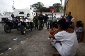 Familiares de reclusos esperan noticias en las inmediaciones de la cárcel de Sabaneta (Venezuela).