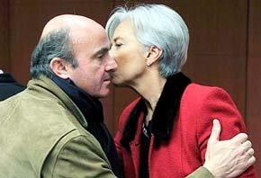 La directora del FMI Christine Lagarde saluda al ministro español de Economía Luis de Guindos