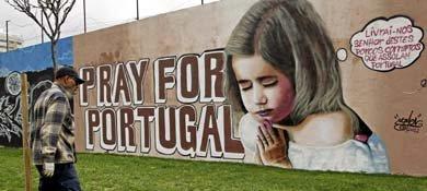 """Un graffiti en Lisboa que dice """"Líbranos, Señor, de los cerdos corruptos que asolan Portugal"""""""