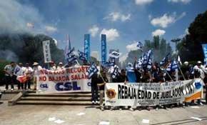 Protesta de empleados públicos exigiendo la rebaja de la edad de jubilación.
