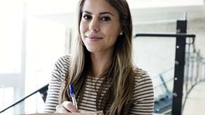 Escribir correctamente es imprescindible para destacar en el entorno laboral. (Corbis)