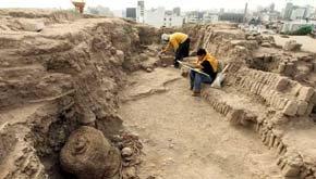Perú: Encuentran tumba de 1.000 años de antigüedad con los restos de un adulto y un niño