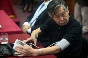 Un Fujimori de aspecto desaliñado y muy  desmejorado acudió al tribunal.