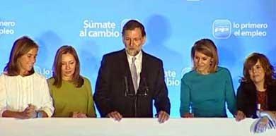 Rajoy durante la noche electoral en el balcón de Génova junto a su mujer, Ana Mato, María Dolores de Cospedal y Soraya Sáenz de Santamaría