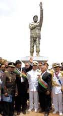 Morales inaugura en Bolivia una estatua de Hugo Chávez