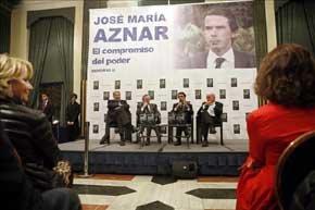 Esperanza Aguirre y Ana Botella escuchan atentamente a José María Aznar en la presentación de sus memorias. El expresidente del Gobierno habla acompañado de José María Fidalgo y Josep Piqué. Foto: EFE.