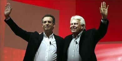 El expresidente del Gobierno Felipe González (d) y el secretario general del Partido Socialista de Portugal, Antonio José Seguro (i), durante su participación en un foro sobre Globalización que ha tenido lugar en el marco de la Conferencia Política del PSOE, esta tarde en Madrid. EFE