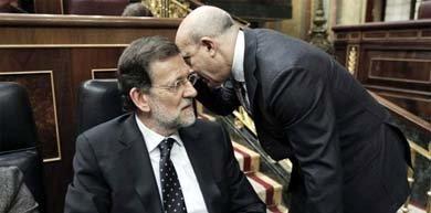 Mariano Rajoy escucha a José Ignacio Wert en el debate de Presupuestos de 2013 en el Congreso de los Diputados. Rubén Naranjo/EFE