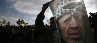 Un palestino sostiene una bandera con el rostro de Yaser Arafat en Ramala, en una imagen de archivo (Reuters).