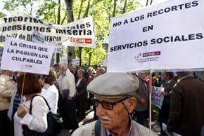 Pensionistas y jubilados durante una concentración frente al Ministerio de Sanidad.