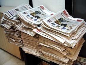 Una pila de periódicos sin venderse en un kiosco de prensa