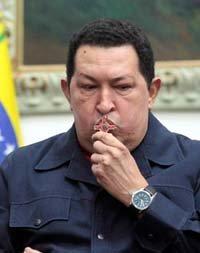 El ex presidente de Venezuela, Hugo Chávez, besa un crucifijo en el Palacio de Miraflores. | DA