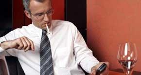 Tabaco, alcohol y móviles, la santísima trinidad del vicio en el siglo XXI. (Corbis)