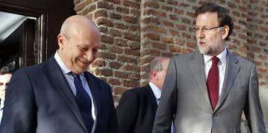 Wert y Rajoy este miércoles saliendo del Centro de Estudios Políticos y Constitucionales / EFE