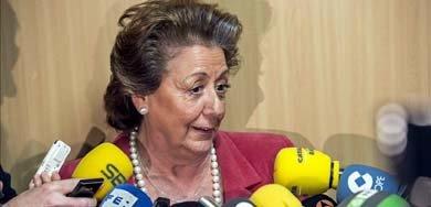 La alcaldesa de Valencia, Rita Barberá, atiende a los medios de comunicación en la Ciudad de la Justicia de Valencia, tras prestar declaración como testigo ante el juez José Castro en la rama valenciana del caso Nóos. EFE