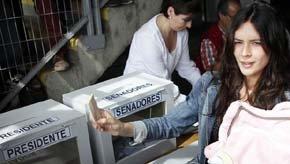 La antigua líder estudiantil deposita su voto en un colegio electoral de Santiago (Reuters).