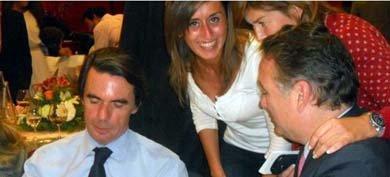 Beatriz Rodríguez Castañeda, de blanco, charla con José María Aznar y Alfredo Prada. (Foto cedida por Radio León)